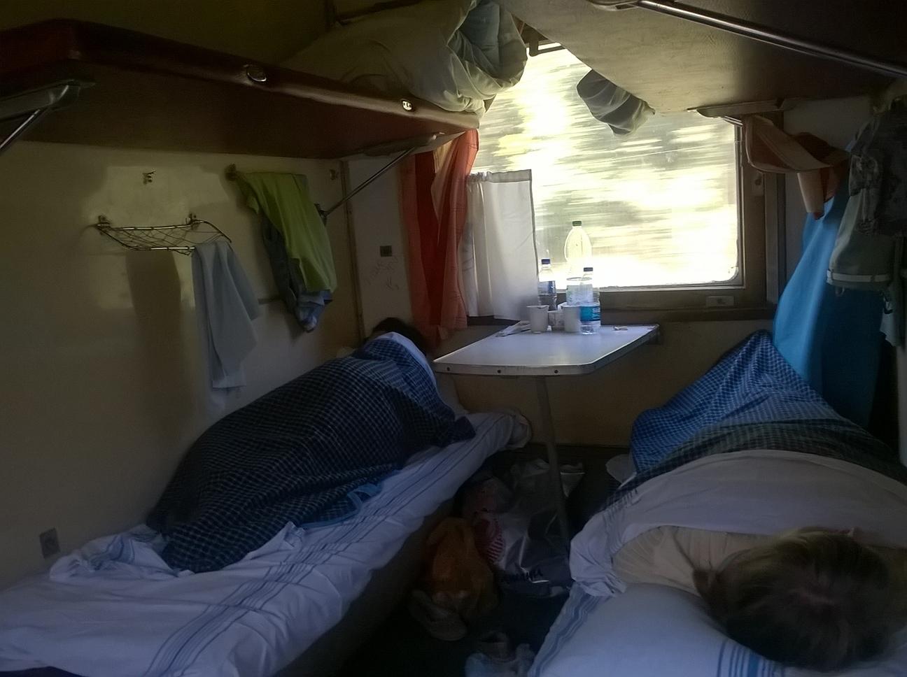 Спящие пассажиры в плацкартном вагоне