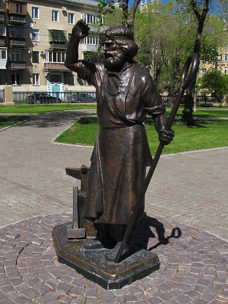 Памятник металлургу демидовских времен