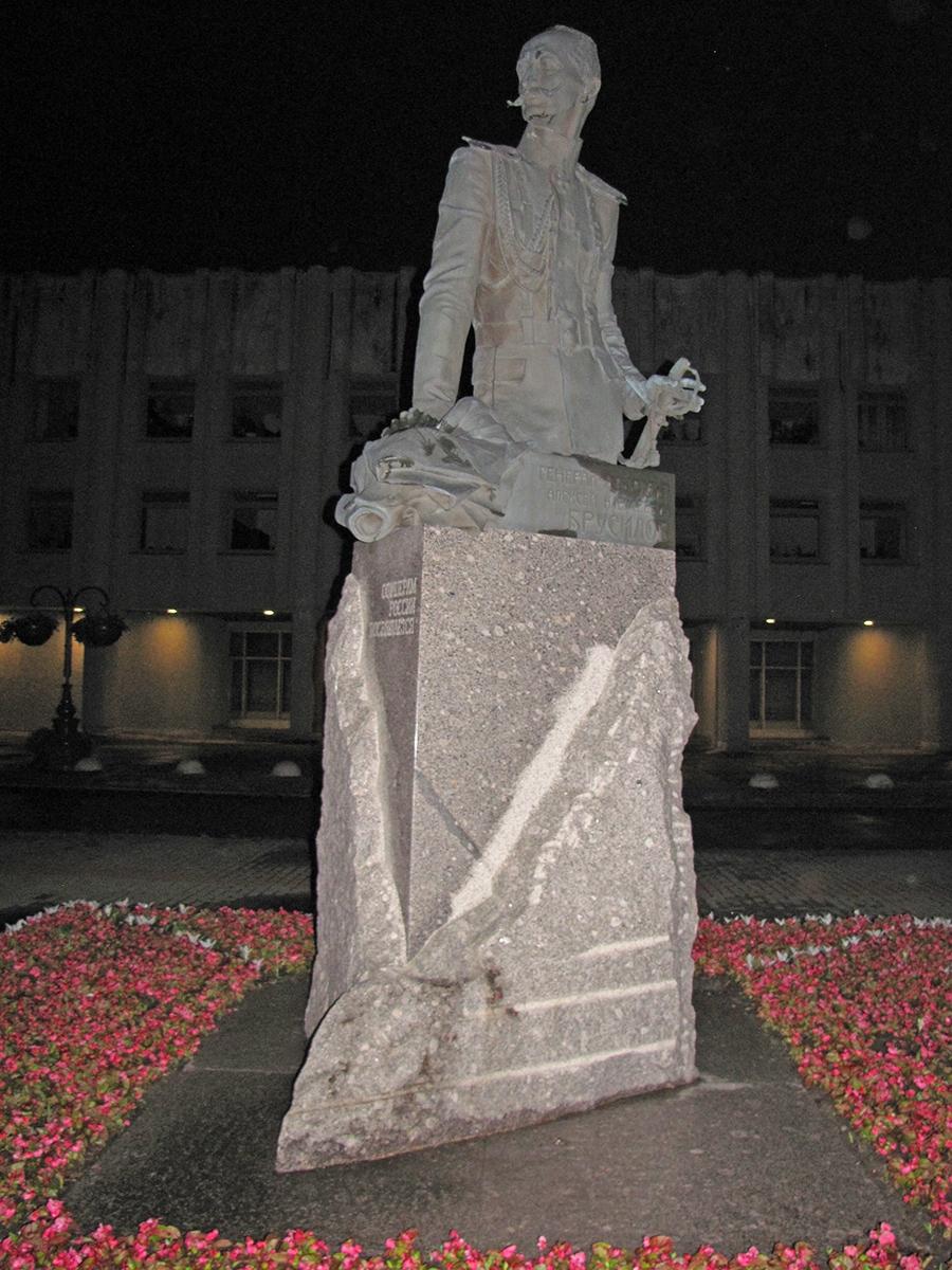 Pamyatnik Brusilovu v Sankt Peterburge