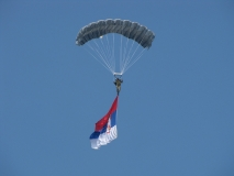 Sloboda 2017 padobranac sa zastavom Srbije