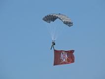 Sloboda 2017 padobranac sa zastavom Vojske Srbije