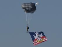 Sloboda 2017 padobranac sa zastavom grada Beograda