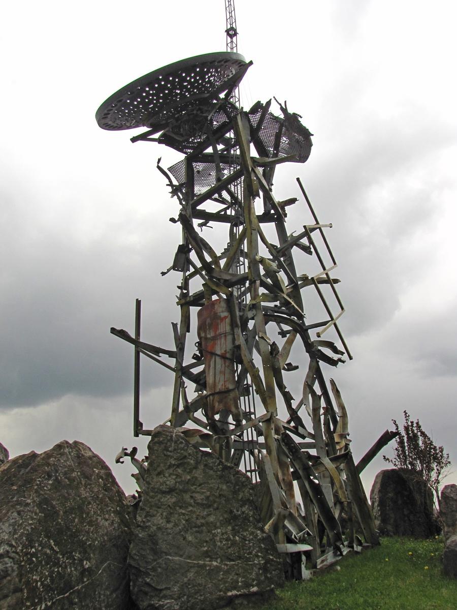 Zadnja strana spomenika glasnik sa Strazevice