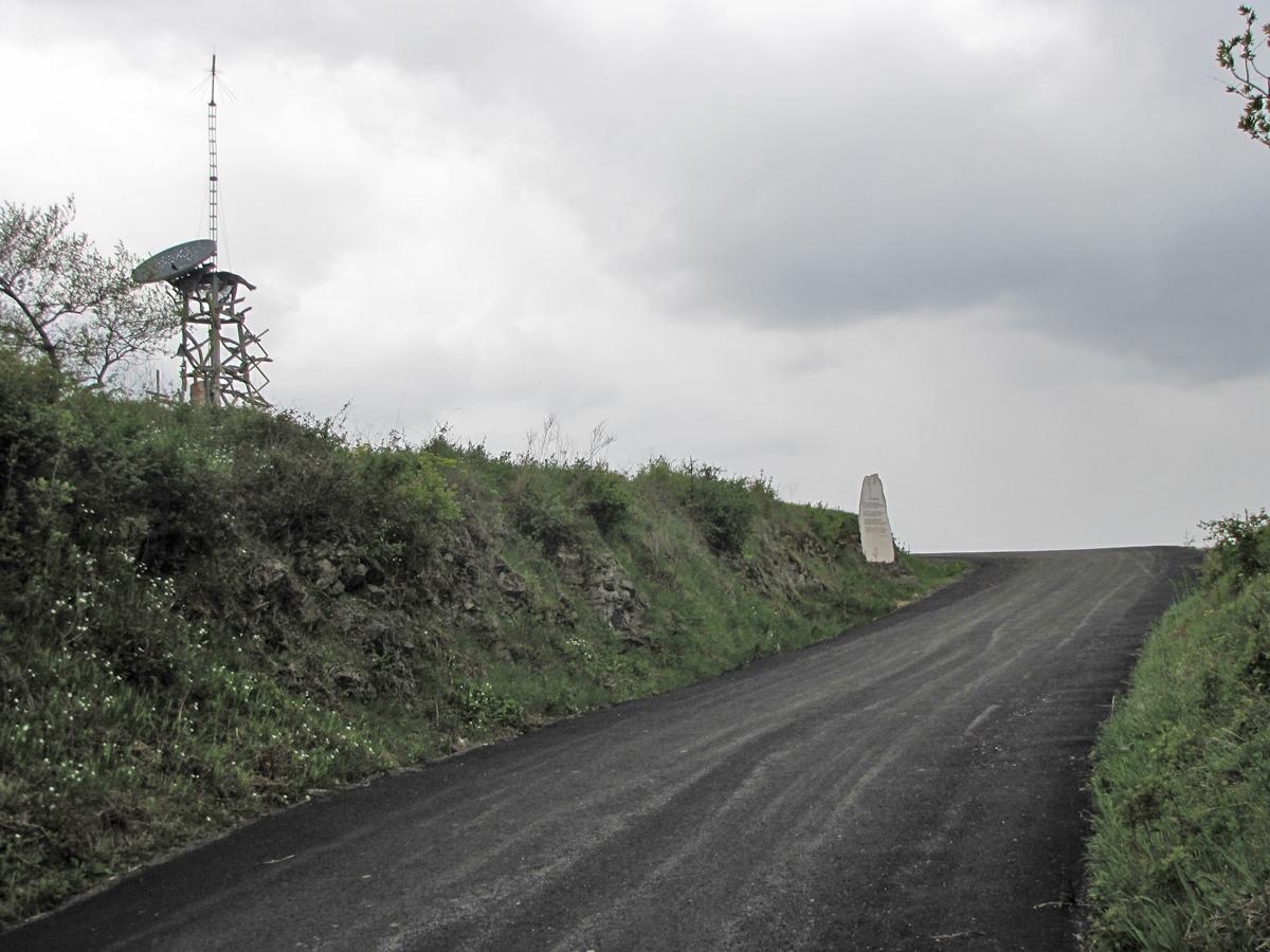Spomenik i ploca na Straževici
