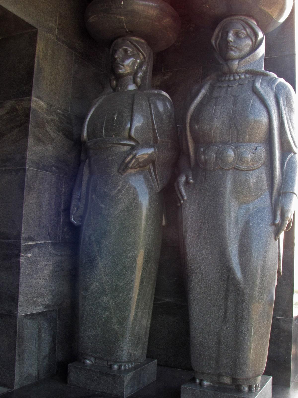 Karijatide spomenik neznanom junaku