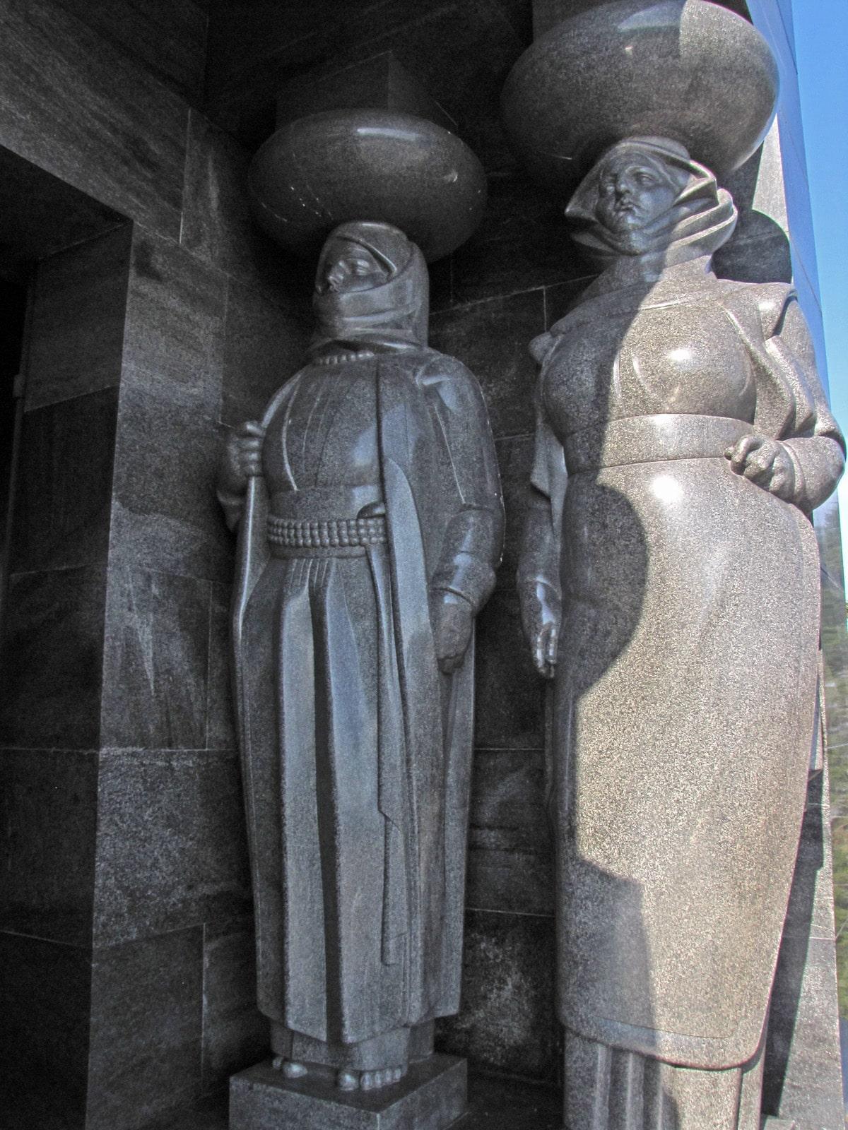 Spomenik neznanom junaku karijatide