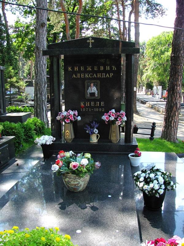 Kneletov grob