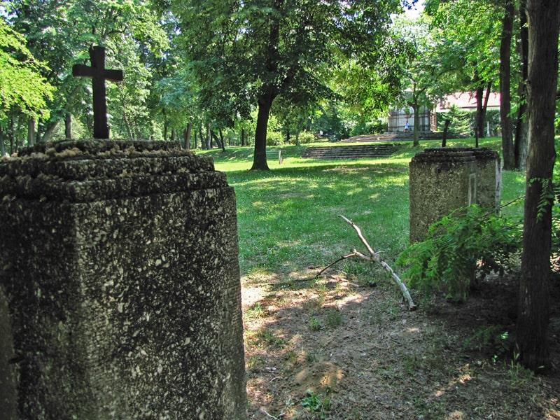 Stubovi ulaza u nemačko vojničko groblje